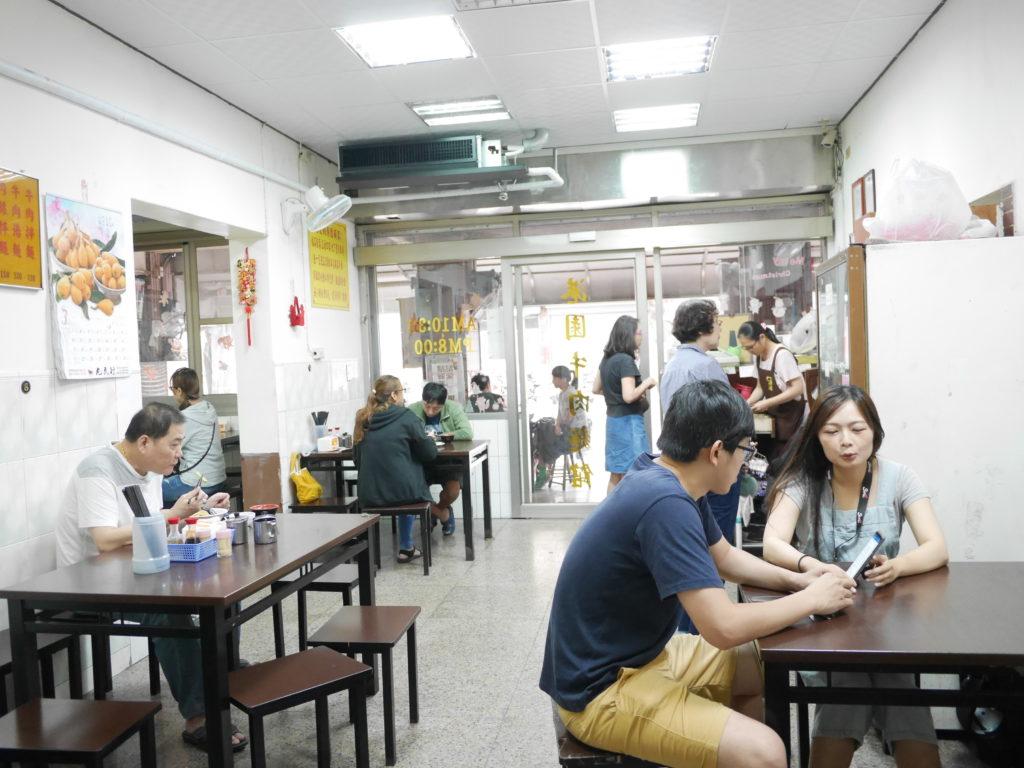 高雄の港園牛肉麺の店内