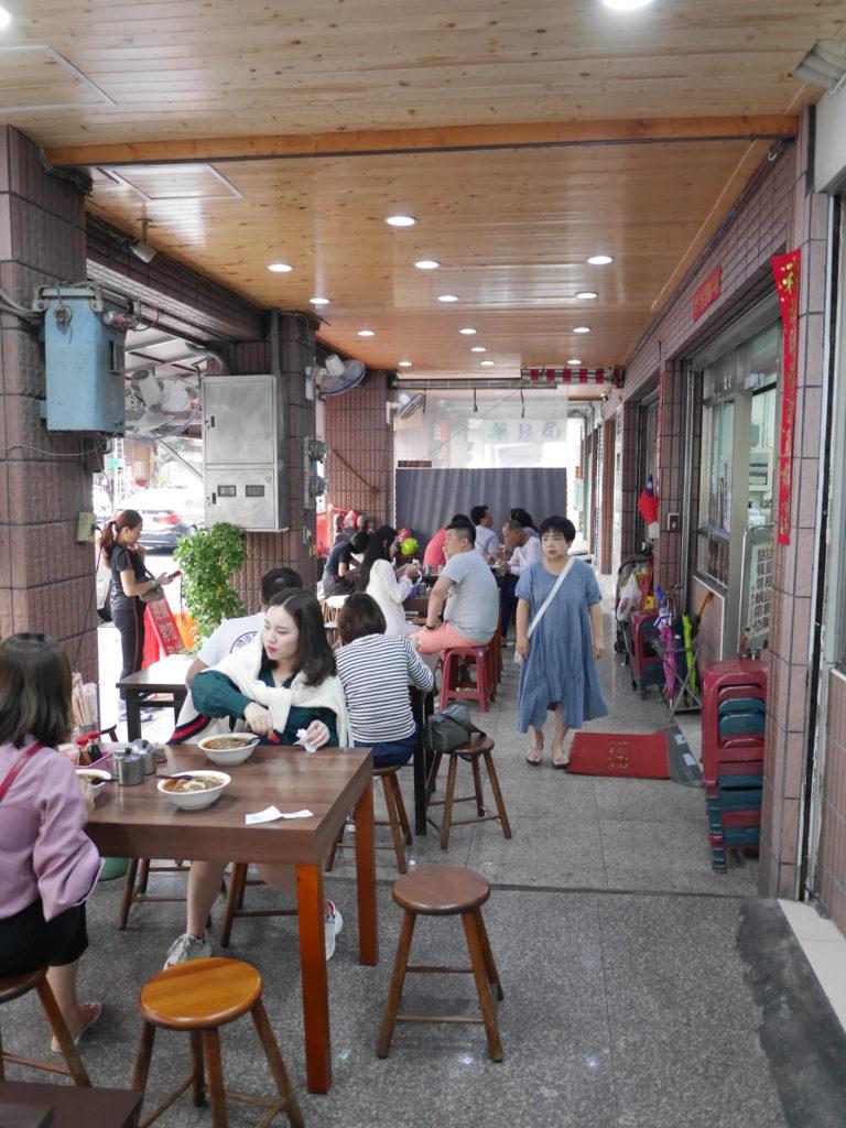 高雄の港園牛肉麺の店外